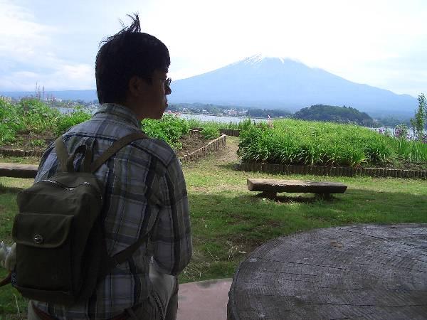 富士山の見える東屋でくつろぐ