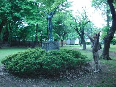 彫刻と同じポーズで記念撮影