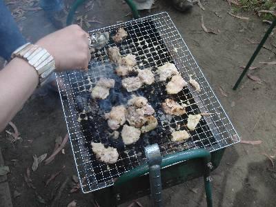 肉を焼いてます