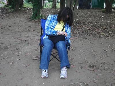 椅子に座ったまま寝てます