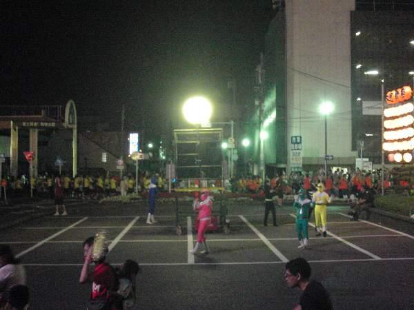 木更津駅前で踊る戦隊ヒーロー