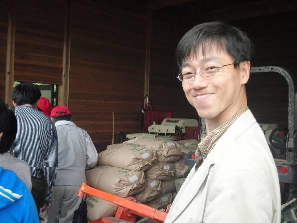 お米を配布する倉庫前で
