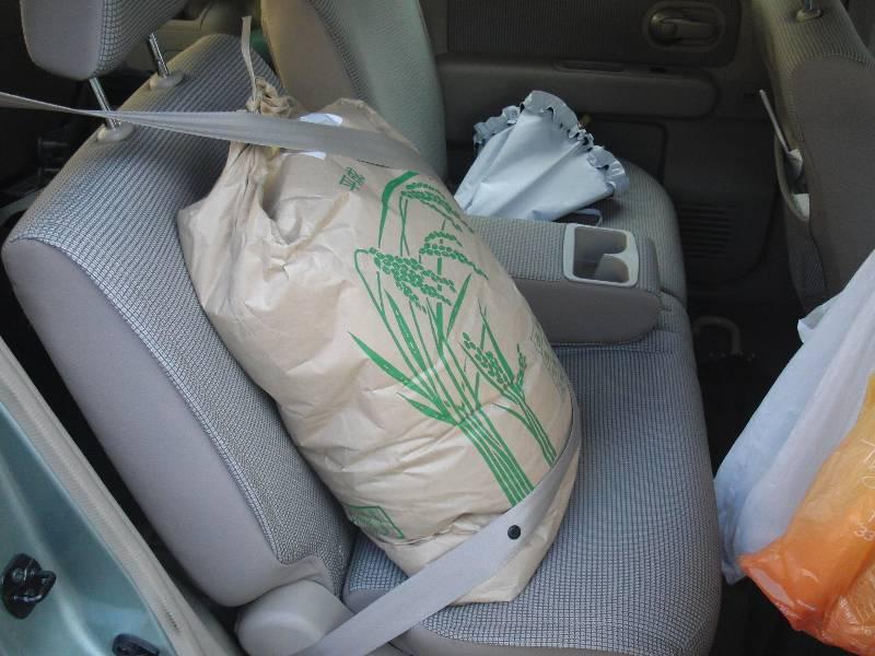 後部座席に積んだお米 30kg