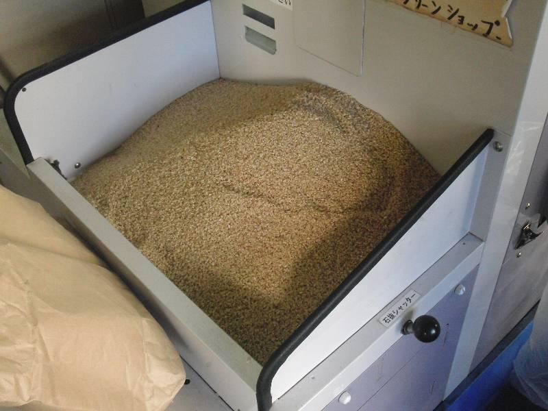 精米機に玄米をセット
