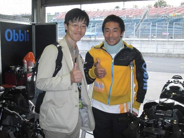 整備中のオートバイ、関口選手と一緒に記念撮影