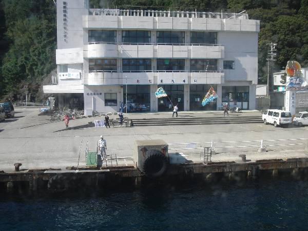 大漁旗を振って歓迎してくれる地元の方々