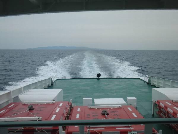 粟島をあとにする高速船の航跡