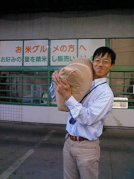 30kg のお米袋を運ぶ奥村