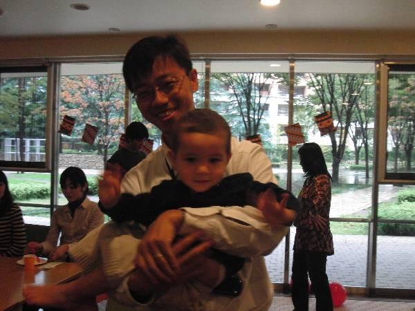 Okumura holds Naoki-chan なおきちゃんを抱っこする奥村