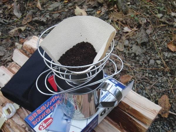 ペーパーフィルターをセットしてコーヒー豆を入れる