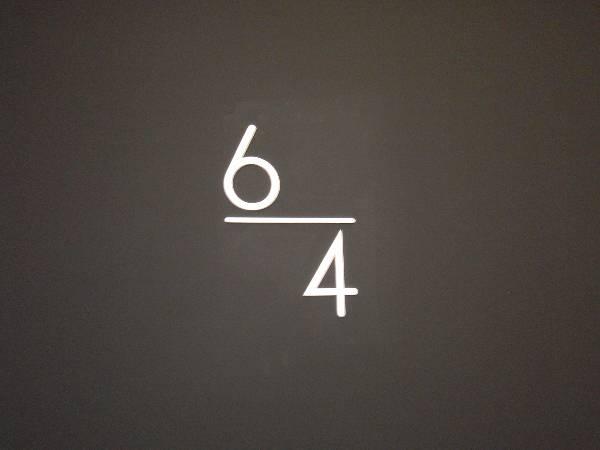 なぜか 5 階の表示がない階段の階数表示