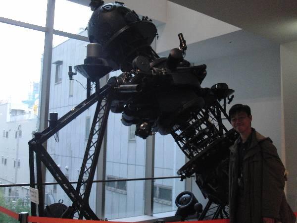カールツァイス IV 型プラネタリウム投影機前で記念撮影