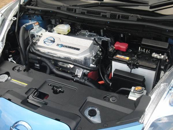 日産の電気自動車リーフのエンジンルーム