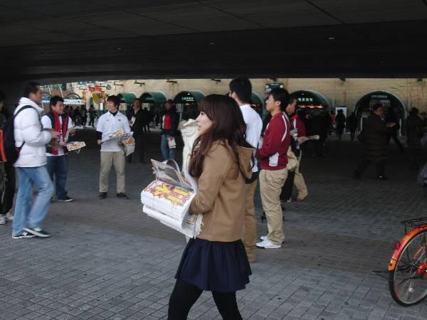 新聞を配る早稲田の人々