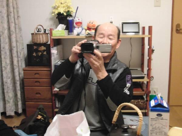 うれしそうに妻と奥村のビデオを撮る父