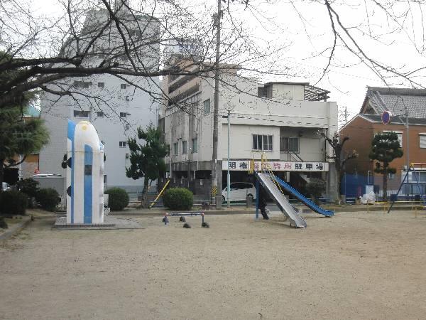 普通の児童公園の一角にたたずむ新幹線トイレ