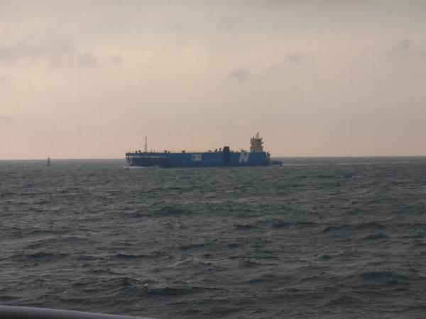 青い船体に N の船