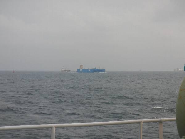 反対側にもいた青い船体に N の船