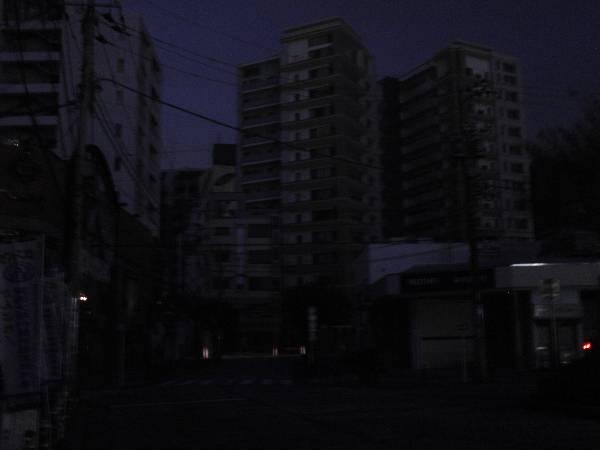 明かりのまったく見えないマンション