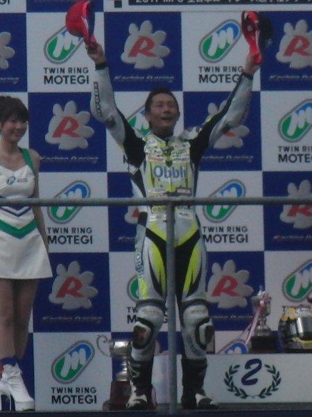 表彰台で喜ぶ関口太郎選手