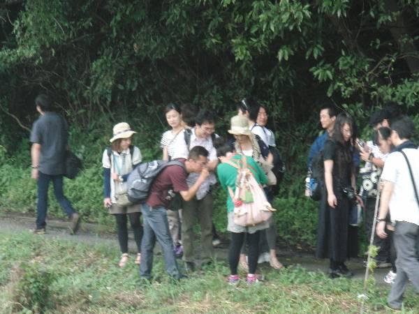 横見さんより、ほあしさん、村井さんに群がる参加者