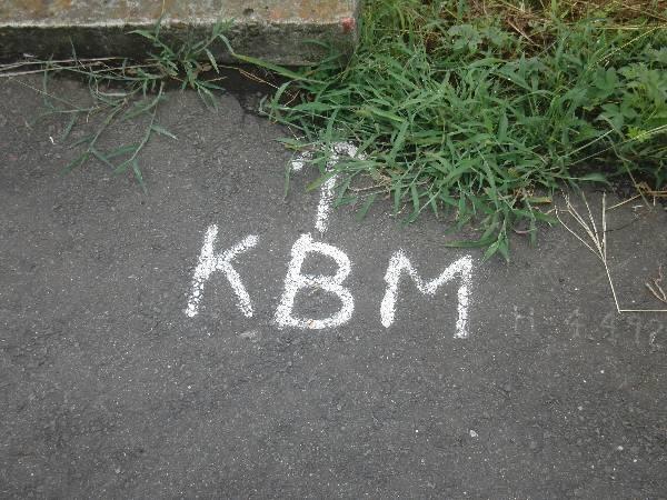中根駅入口付近に書かれた謎の記号 1 「KBM」