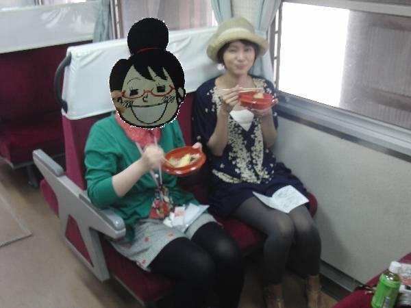 ミキ 300-103 車内で駅弁を食べるほあしさんと村井さん