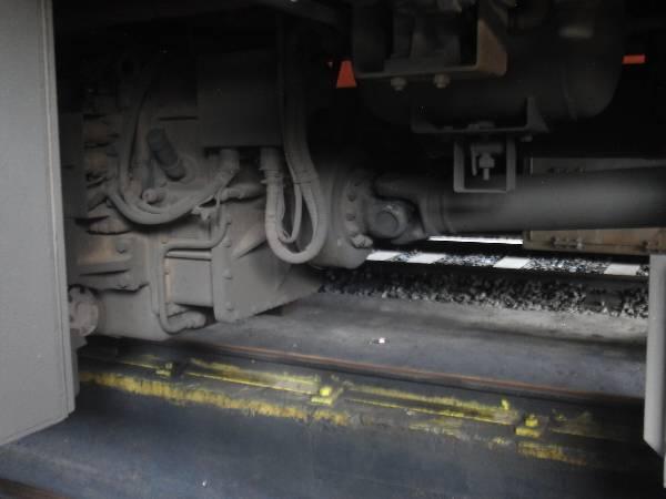 ディーゼルエンジンから伸びるプロペラシャフト