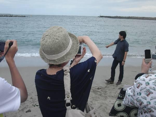海について語る横見さんの姿を撮る村井さん
