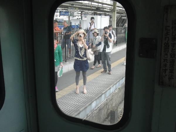 キハ 2004 車内から見た、キハ 2004 を撮影する村井さん