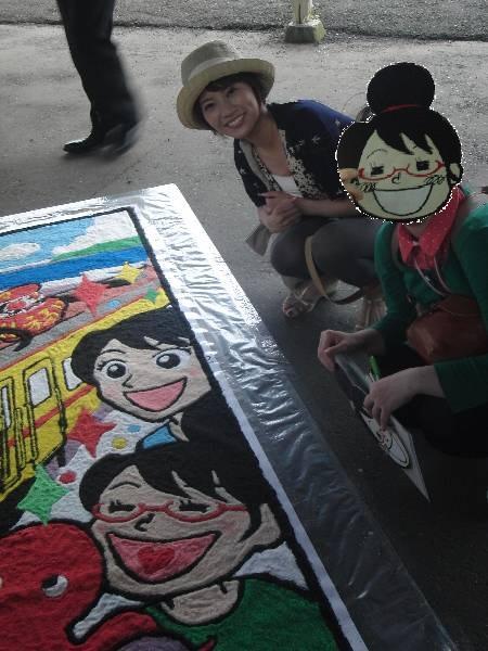自分の絵の横に座るほあしさんと村井さん