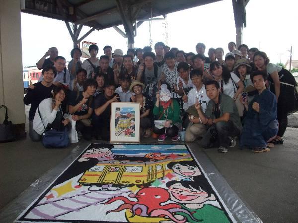 完成した砂絵と参加者全員の記念写真