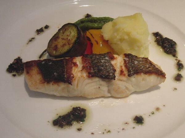 メインの魚料理 (スズキ)