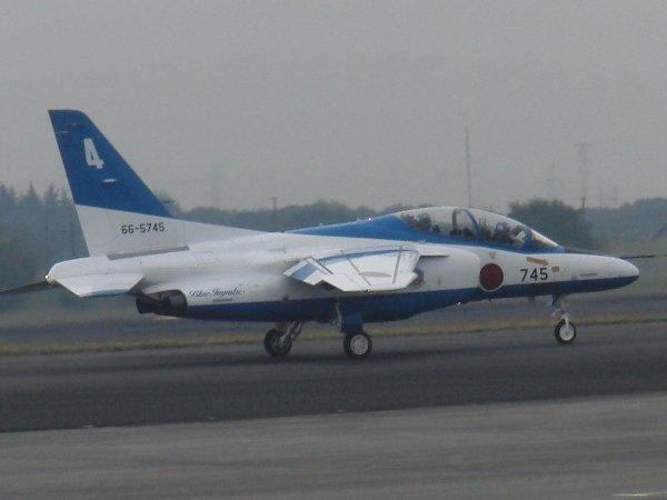 展示飛行の離陸へ向けてタクシーするブルーインパルスの T-4