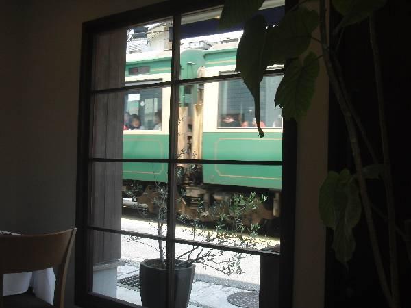 レストランの窓から見る江ノ電電車
