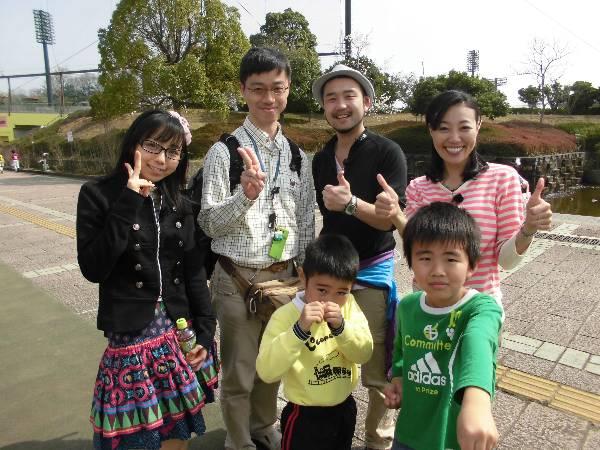 番組出演者の三条恵美さん、山蔭ヒーロさん、紅波柚香さんと記念撮影