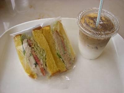 私のサンドイッチとカフェラテ