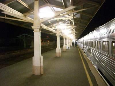 夜のカルグーリ駅