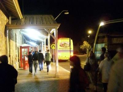 カルグーリ駅前からツアーバスに乗り込む