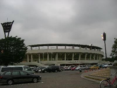 駐車場と化した球場前のスペース