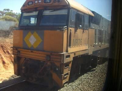 追い越した瞬間に撮影した貨物列車の機関車