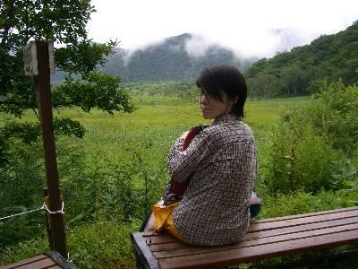 東電小屋横のベンチに座る妻