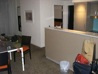 Medina Hotel の客室 (リビングとキッチン)