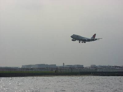 羽田沖から B-747 の着陸を見る