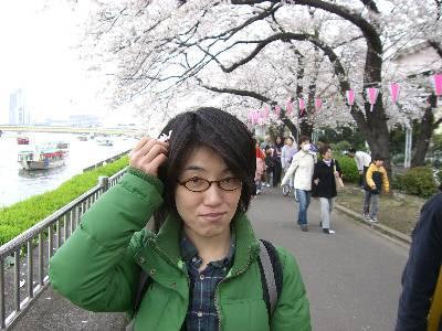 桜の花飾りを付ける妻