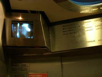多層エレベーターの他の階の様子を見るモニター