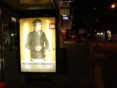 バス停にあった UNIQLO の広告看板