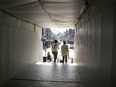 工事中で仮囲いに覆われた八坂神社楼門