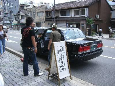 一澤信三郎帆布店前で客待ちをするタクシー