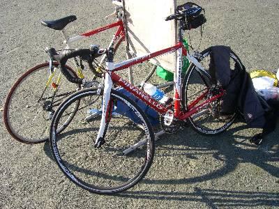 福西の新車 (手前) と、奥村の自転車